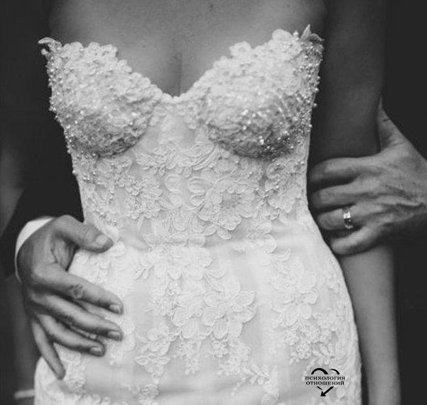 Он никогда не говорит мне о том, как я ему нужна. Заключает в свои крепкие и теплые объятия, прижимается своей колючей щекой к моей щеке, вдыхает запах моих волос, умиротворенно закрывает глаза… и молчит. Однажды, во время ссоры, в порыве злости и отчаяния я закричала, что не нужна ему, а он, стоя напротив и крепко сжимая мои пальцы в своей руке, спокойно сказал, что мужчина не должен говорить, как сильно нуждается в женщине, он должен сделать так, чтобы она сама это почувствовала.