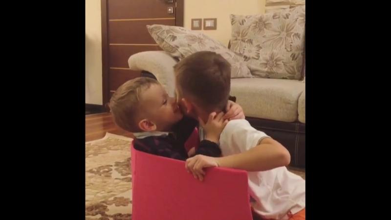 братские поцелуи