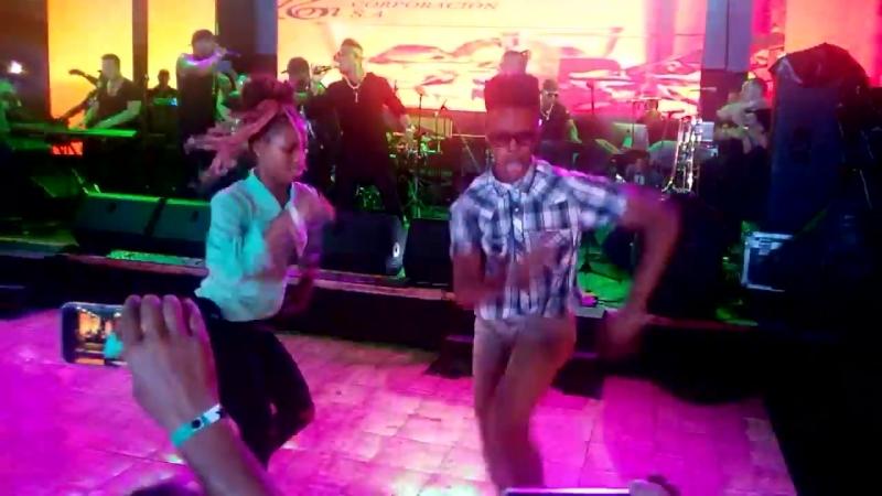 Maykel Blanco y su Salsa Mayor con los bailadores de la calle