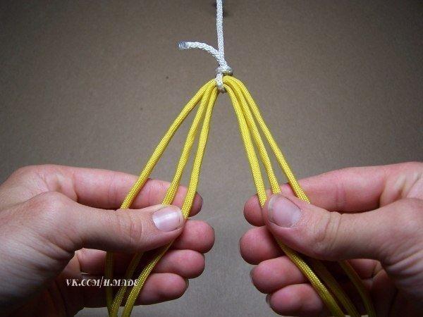 С помощью этих методов плетения можно сплести оригинальный браслет. .  А если плести из полосок ткани...