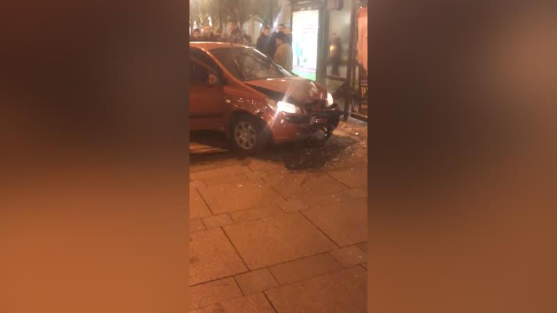 Машина вылетела на остановку после ДТП на Невском проспекте