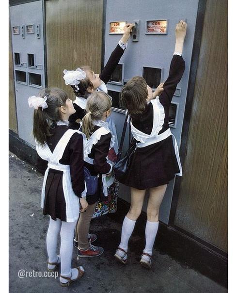 Заметьте, девчонки покупают не газировку, а сок. Не помню такого ... А Вы