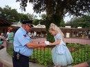 Охранник в Диснейленде просит автограф у маленькой девочки, притворяясь…