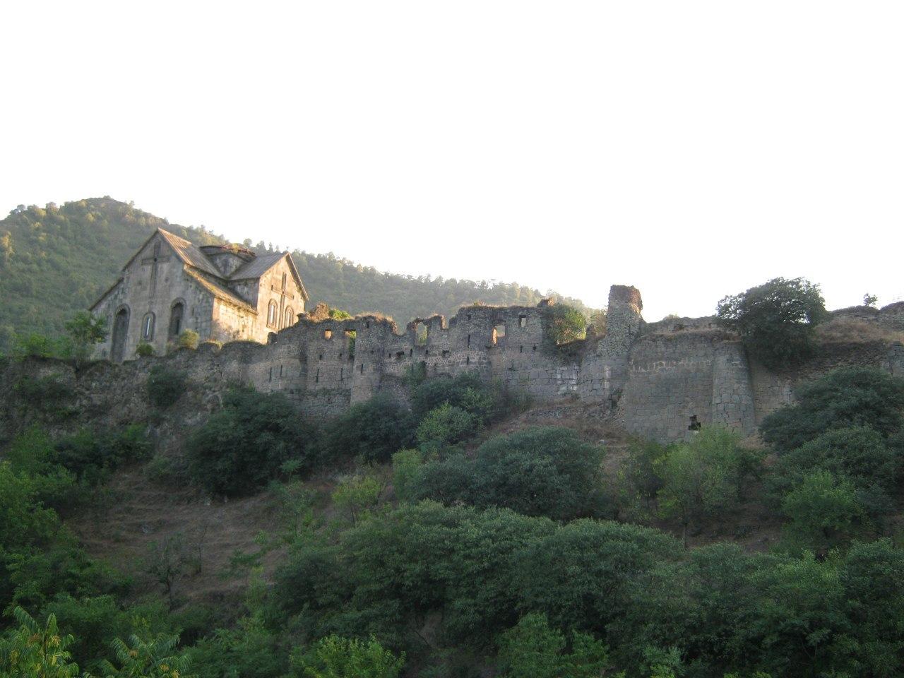 крепостные стены монастыря Ахтала