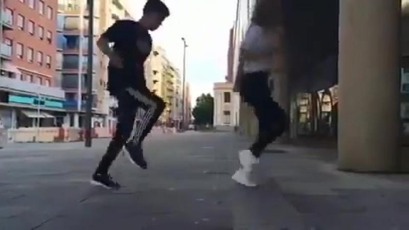 парень и девушка круто танцуют шафл😻❤💕