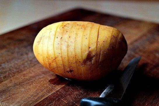 картошка с сыром в духовке очень вкусная картошечка. мне чем-то напоминаем чипсы, особенно, если разрезать картошку очень тонко. пробуйте такую картошку со сливочным соусом. ингредиенты: 2 больших картофелины 100 грамм сливочного масла 100 грамм
