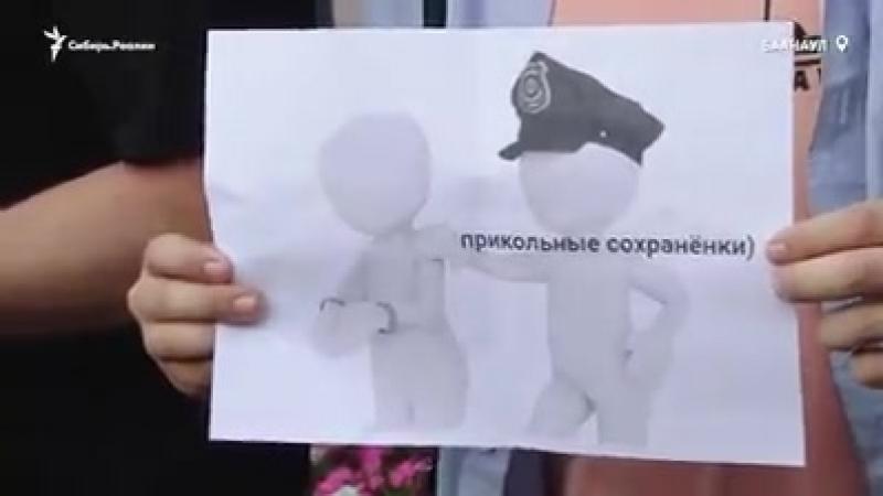 На пикет против уголовных дел за репосты и мемы в Барнауле, куда звал рэпер Оксимирон, пришел священник. Он присоединился к тем,