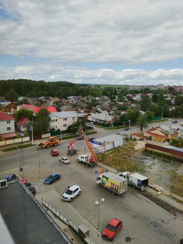 Устанавливают светофор на пересечении ул.Правды и ул.Новороссийская (Дема)