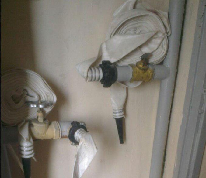 Пожарный шкаф укомплектовали рукавами в доме на Новгородской