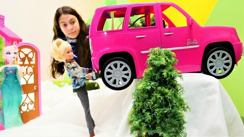 Barbie oyunları. Barbienin aracı tümsekte asılı kaldı.