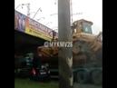 Водитель забыл, что везёт трактор, и застрял под мостом