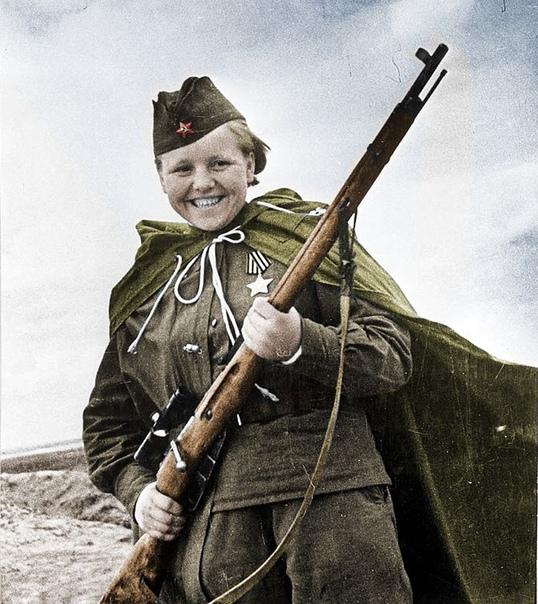 НАШИ СНАЙПЕРЫ ПРОТИВ ФАШИСТСКИХ С ноября по декабрь 1942 года легендарный советский снайпер Василий Зайцев в битве под Сталинградом уничтожил 225 немецких солдат и офицеров. Среди них было