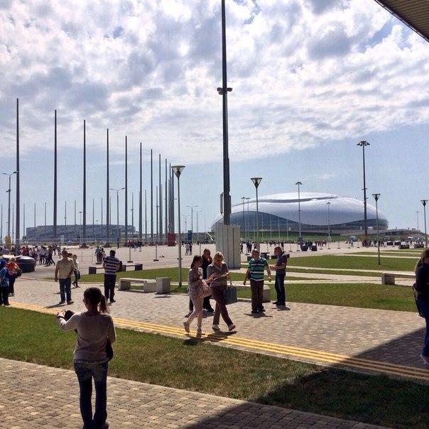 LIVE из Олимпийского парка #Сочи2014. Сегодня здесь жарко не только от яркого весеннего солнца. Болельщики собираются. Скоро начала матча по #теннис в рамках Кубка Федерации. #БолеемЗаНаших