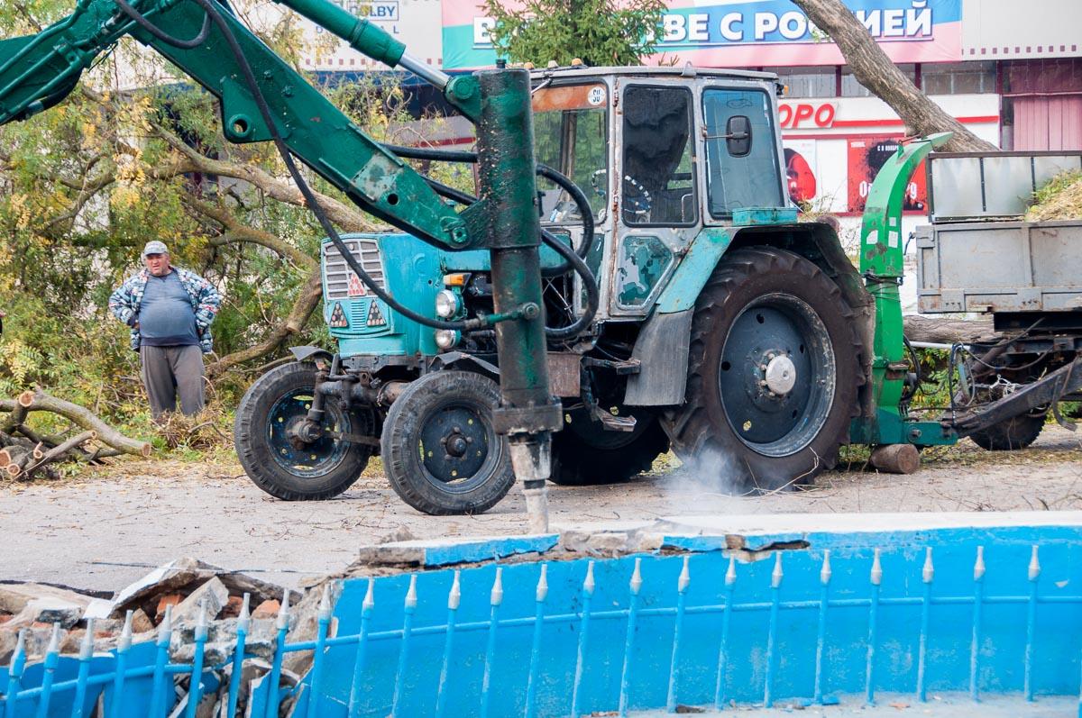 В Тирасполе начали снос фонтана возле кинотеатра