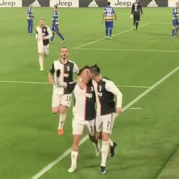 Чего только не случается, когда переполняют эмоции Забавный момент произошел между Криштиану Роналду и Пауло Дибалой. На 58-й минуте 34-летний Роналду оформил дубль и вывел команду вперед с