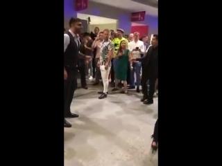 Драка Фанатов Хабиба и Конора в ТЦ(360P).mp4