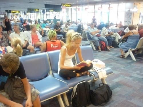 Девушка ожидала свой рейс в большом аэропорту.Ее рейс был задержан, и ей придется ждать самолет в течение нескольких часов. Она купила книгу, пакет печенья и села в кресло, чтобы провести время. Рядом с ней был пустой стул, где лежал пакет печенья, а на следующем кресле сидел мужчина, который читал журнал.Она взяла печенье, мужчина взял тоже! Ее это взбесило, но она ничего не сказала и продолжала читать. И каждый раз, когда она брала печенье, мужчина продолжал тоже брать. Она пришла в…