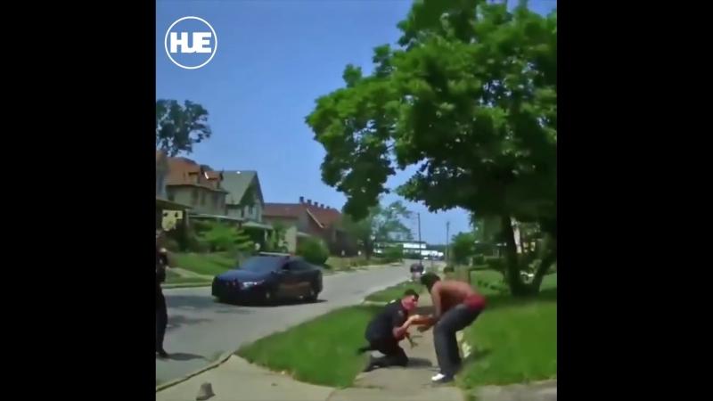 В Кливленде темнокожий парень избил женщину и бросился на патрульных