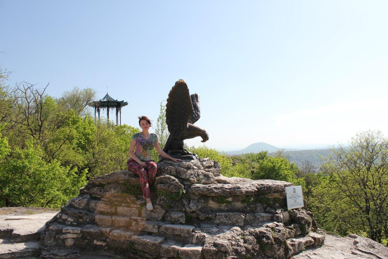 """Пятигорск, г. Машук, скульптура """"Орел, на заднем фоне """"Китайская беседка"""""""