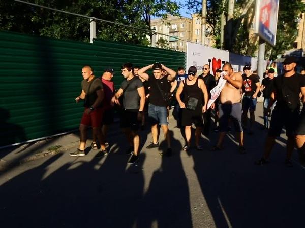 Активисты сносят забор в сквере Яланского в Запорожье