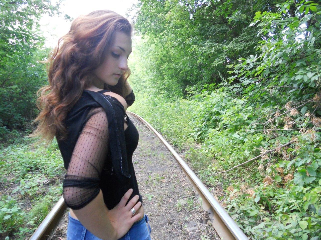 Девчонка в сетчатой водолазке с красивыми волнистыми волосами