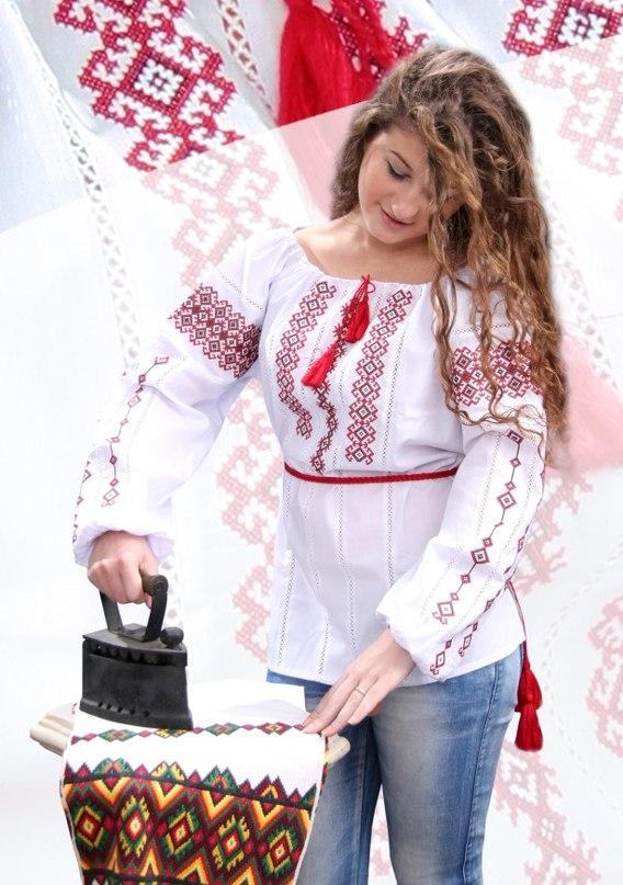 Українська дівчина у вишиванці