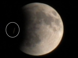 Потрясающие НЛО в момент наблюдения затмения кровавой Луны от 15 апреля 2014 г.