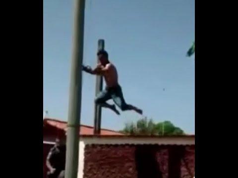 Homem aranha pula de telhado em poste e foge da policia