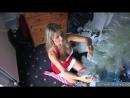 16-Сексуальная мамка с голыми сиськами украшает елку на новый год
