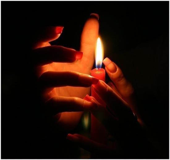 Тихо в церковь я зайду. За семью зажгу свечу. Тихо Бога попрошу: ''Береги их, я молю. А за себя я не прошу, да и просить не смею. Тебя Господь благодарю за всё, что я имею.''
