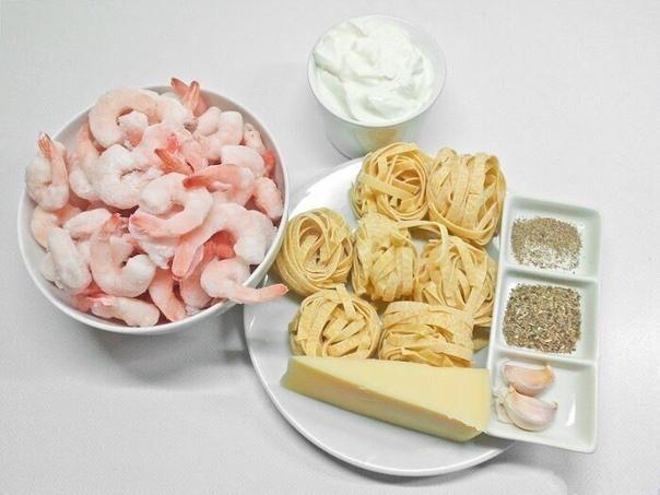 паста с креветками в сливочном соусе сохрани себе ингредиенты:креветки мороженые 250 гсливки 35% 250 млтальятелле (или любая другая паста) 400 гпармезан 100 гчеснок 23 зубчикасливочное масло для