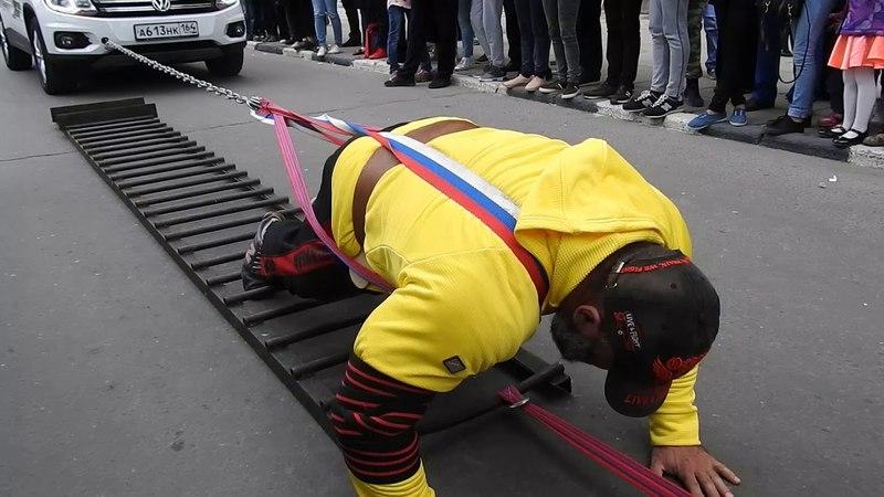 Саратовский силач Вячеслав Максюта сдвигает с места 23 легковых авто