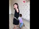 小姑娘哭了猴子伸手摸小姑娘的头,像妈妈一样哄小姑娘
