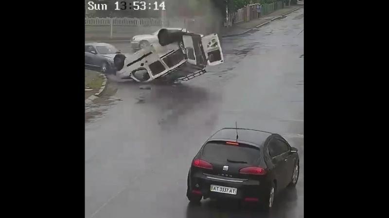 ДТП на перекрестке. Водителю повезло.