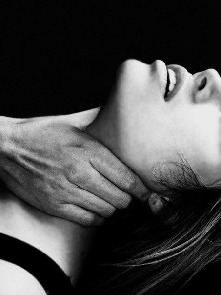 Мужчина держит за шею во время секса