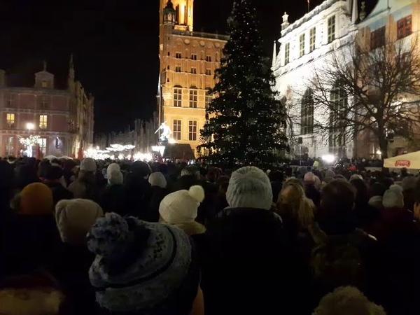 Самый трогательный момент митинга по случаю смерти мэра Адамовича в Гданьске Najbardziej wzruszający moment wiecu po śmierci prezydenta Adamowicza w Gdańsku