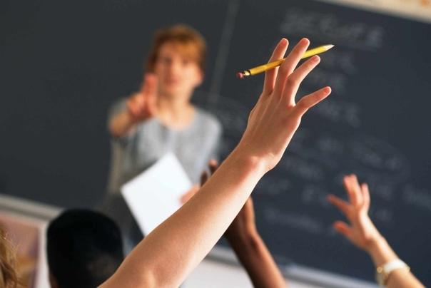 Учителя, которых больше нет. Заходит учительница в класс, начинается урок. Шум, гам, и все такое, картина для большинства из нас знакомая. Учительница стоит в дверях, молча, смотрит на весь этот