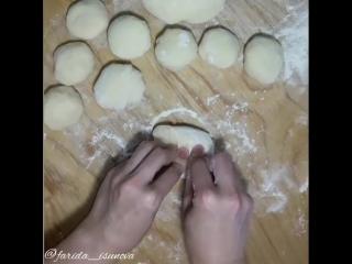 Лепешки с начинкой из мяса, лука и сыра