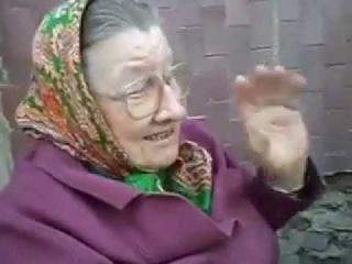 бабка читает скаски)