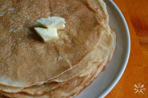 блинчики с прокисшего кефира нам понадобится: - мука пшеничная 250 г- кефир 200 мл (скисший)- вода 200 мл- сода пищевая 0.5 ч. л.- растительное масло 2 ст. лделаем:для начала яйцо взбиваем до