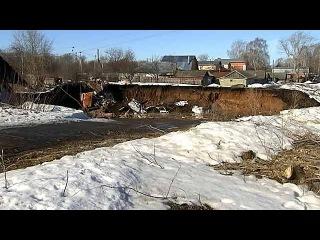 В Нижегородской области в огромную воронку провалились несколько домов - Первый канал