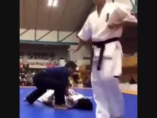 Убойный Нокаут Иппон наповал Тоби Маваше гери (ножницы) в подготовке бойцов Кёкусинкай карате https://vk.com/oyama_mas