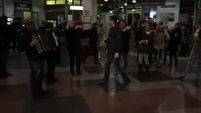 ФЛЕШМОБ Государственного ансамбля казачьей песни Криница г. Краснодар ЖД вокзал