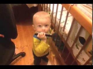 Malish igraet na gubnoj garmoshke v god i 4 mesjac