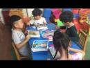 Китайские ребятишки клеят мозаику