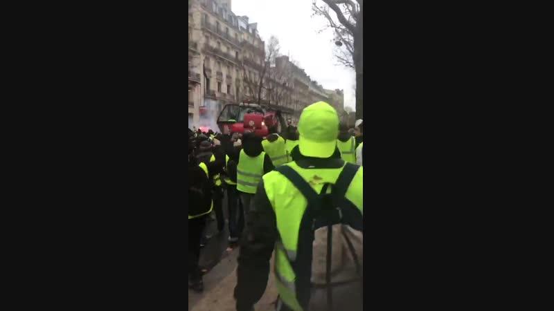 Avenue Kléber les manifestants ont pris possession d'un camion grue rouge et foncent avec sur les forces de l'ordre 1er décembre