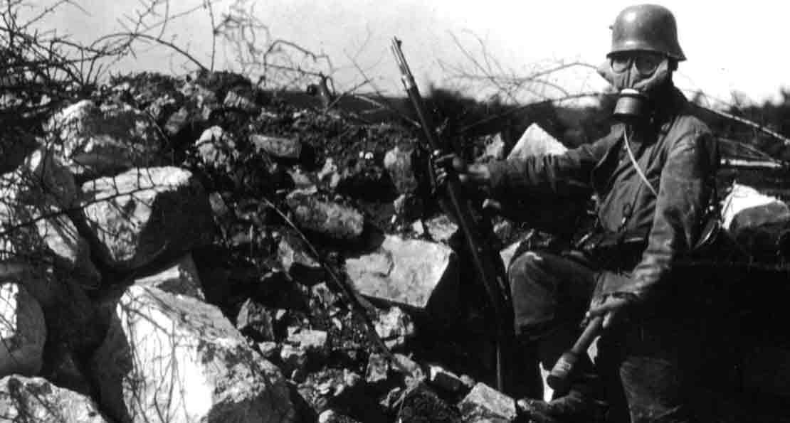 Германский солдат готов к атаке