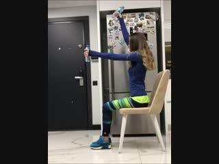 Девушка рекомендует делать упражнения для укрепления мышц спины