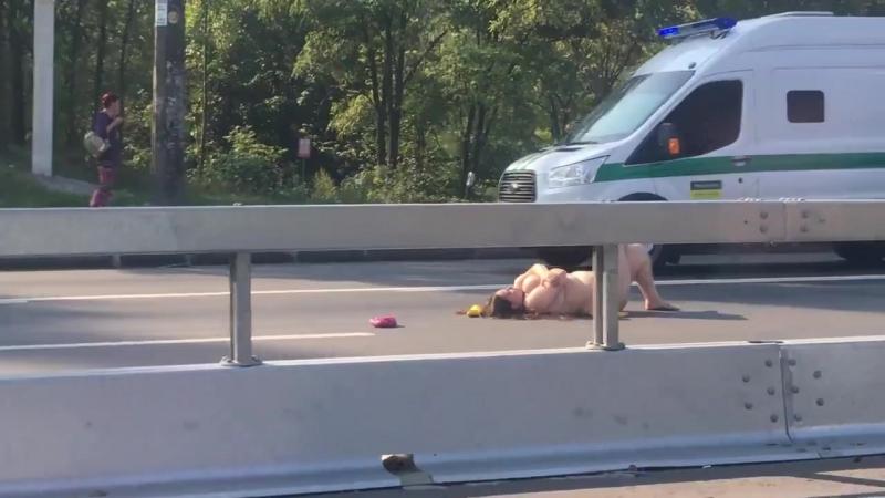 Обнаженная женщина искала любовь лежа на трассе