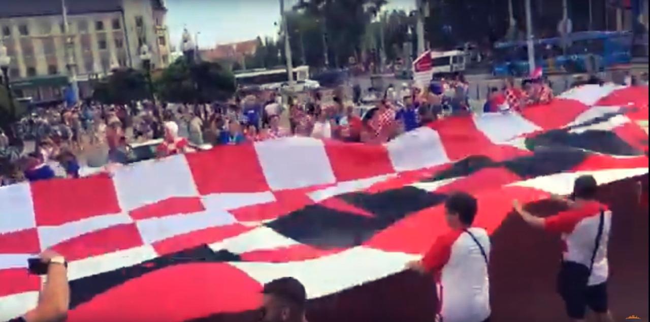 В центре Калининграда болельщики развернули огромный флаг Хорватии